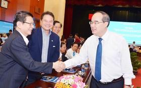 市委書記阮善仁與各企業家會晤。