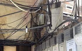 """第一郡阮廌街145號公寓內的電線縱橫交錯如同""""蜘蛛網""""。"""