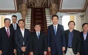 市人委會主席阮成鋒(前左三)與新加坡吉寶置業集團首席執行官盧振華(右三)及各位代表合照。(圖源:之梅)