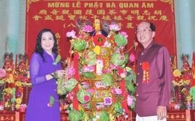 """此次的""""蓮花寶燈"""",由該廟理事長黃偉峰和夫人阮氏日鳳以6200萬元投得。"""