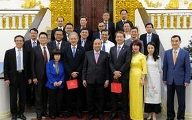 政府總理阮春福新與加坡投資商代表團合照。(圖源:光孝)