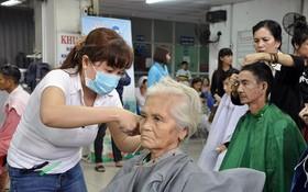 大水鑊醫院已先後組辦了7個愛心星期天活動以為病人剪頭髮、洗頭和表演文藝助興。