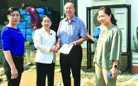 市委副書記阮氏蓉(左二)慰問高肇力總經理。