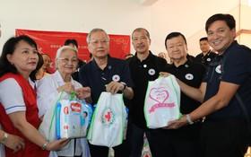 軌跡名廚慈善會代表向和平村贈送禮物。