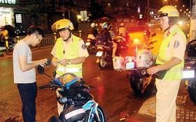 第八郡交警在攔查一起不戴安全頭盔的交通違規。(圖源:俊武)