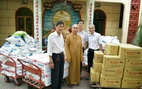 釋慧功法師接受台灣佛教慈濟慈善基金會贊助的物資。