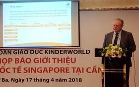 新加坡KinderWorld教育集團教育經理Peter Baker在新聞發佈會上發表演講。(圖源:中正)