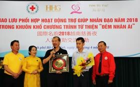 國際名廚林鎮國代表接受市領導贈送紀念品。