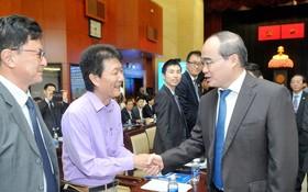 市委書記阮善仁(右一)同外國直接投資企業代表親切握手,熱情問候。(圖源:高昇)