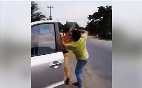交警執行任務時遭毆打。(圖源:視頻截圖)