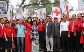 """越南紅十字會中央與河內市紅十字會領導一同高呼口號響應""""人道主義月""""。(圖源:越南紅十字會中央)"""
