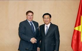 政府副總理王廷惠(右)接見美國商務協會主席邁克爾‧凱利。(圖源:VGP)