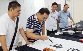 林漢城在馬來西亞進行筆會一瞥。