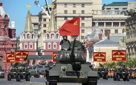 T-34坦克徐徐駛過紅場。(圖源:AFP)
