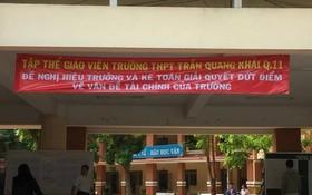 該校的多名教師在校園內懸掛的橫幅,要求校方把財務公諸於眾。(圖源:PLO)