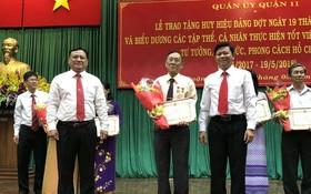 """華人幹部王沛川獲得""""學習胡志明主席道德榜樣""""模範獎。"""