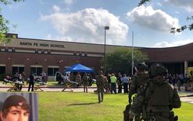 執法人員進入校園。左下小圖為17歲槍手季米特里奧斯‧帕古爾齊斯。(圖源:路透社)