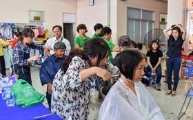 新平郡工會為勞工免費理髮。