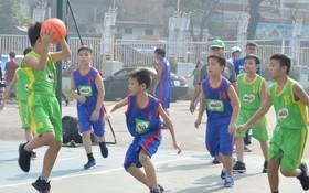 小學男子組楊明珠學校(綠衣)對梁世榮學校比賽一瞥。