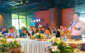 本市企業與同塔企業討論貨源聯結問題。
