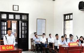 被告人周文富(左)出庭受審。(圖源:德明)