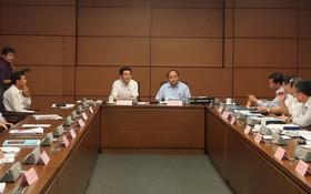 政府總理、海防市國會代表阮春福同代表們就有關工作進行討論並交換意見。