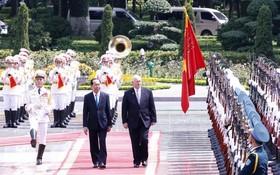 國家主席陳大光在主席府按國家元首儀式隆重迎接澳大利亞總督彼得‧柯茲葛洛夫偕夫人。(圖源:林慶)