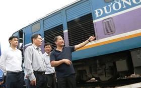 交通運輸部長阮文體(左二)親臨山城火車站檢查事故處理工作。(圖源:交通報)