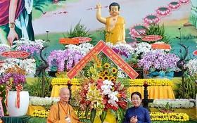 武氏蓉同志向越南佛教教會贈送花籃祝賀。(圖源:胡龍)