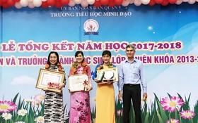 第五郡人委會副主席張庚波向獲獎教師頒發獎項。