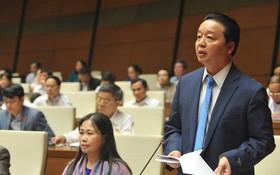 資源與環境部長陳紅河在國會議事堂上發言。