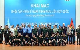 范玉明上將與聯合國軍官集訓班學員、教練團隊在開課儀式上合影留念。(圖源:春盛)