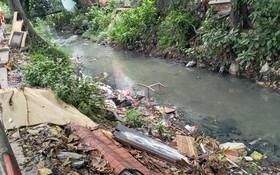 """""""希望""""渠溝是新山一機場向外排水的三個渠道之一,最近遭垃圾堵塞,導致排水不暢。(圖源:友元)"""