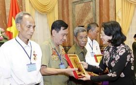 國家副主席鄧氏玉盛向代表們贈送胡主席肖像。(圖源:越通社)