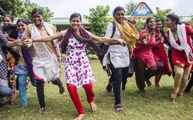 在印度農村一所政府開辦的中學裡,女孩子們正在跑步並參加遊戲。世界衛生組織表示,鍛煉和運動可以幫助人體抵禦各種疾病。(圖源:兒基會)