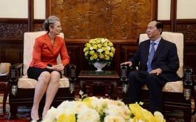 國家主席陳大光(右)接見任期屆滿,前來辭別的荷蘭駐越南大使尼恩可‧特羅斯特。(圖源:VOV)