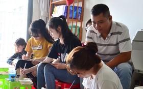 阮文梨在免費美術班上課。