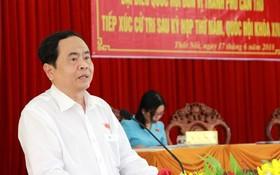 越南祖國陣線中央委員會主席陳清敏回答芹苴市禿碌郡選民的詢問。