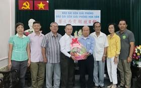 市書法會代表團向本報祝賀。