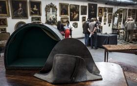 當天拍賣的這頂雙角帽是拿破侖在1815年滑鐵盧戰役時佩戴的軍帽。(圖源:互聯網)