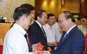 政府總理阮春福向媒體機關領導、原領導贈送紀念品。