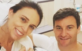 新西蘭女總理阿德恩在Instagram上載一家三口的合照。(圖源:Instagram)