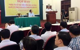 勞動與榮軍社會部副部長尹茂葉在新聞發佈會上回答記者的提問。(圖源:水竹)