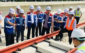 工作團在檢查本市地鐵項目的施工情況。 (圖源:國雄)