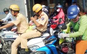 交警騎著警車開道讓後坐者抱住小孩趕緊送往醫院,受到人們的好評。(圖源:光正臉書視頻截圖)