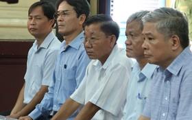 被告鄧清平(右一)與共犯在法庭上受審。(圖源:范勇)