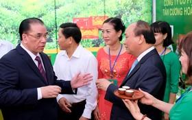 阮春福總理和原總書記農德孟品嚐太原茶。(圖源:光孝)