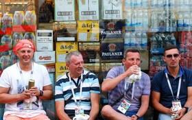 世界盃球迷喝酒觀賽。(圖源:互聯網)