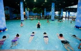 給少兒培訓游泳技能。(示意圖源:互聯網)