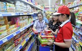消費者在超市購物。